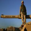 upload/image/شهر_نيسان/جندي امريكي حقير على دبابته يوم الغزو.jpg